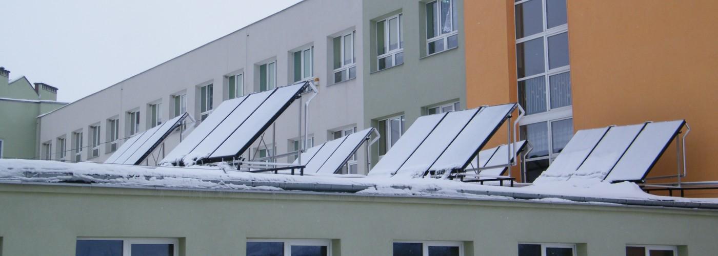 Kolektory słoneczne na budynku szkoły podstawowej w Łagowie