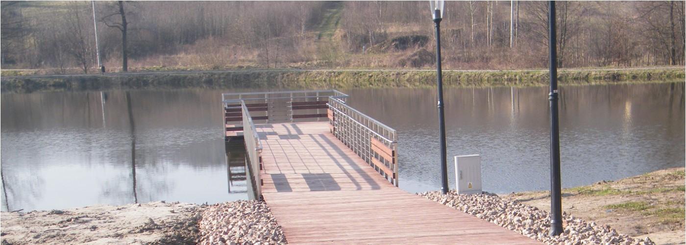 Pomost rekreacyjny na zbiorniku wodnym w Ciekotach